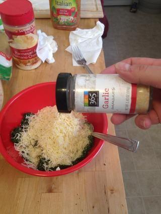 Añadir 2 cucharaditas de ajo en polvo.