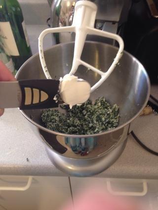 Añadir 1 cucharada de queso crema a la mezcla.