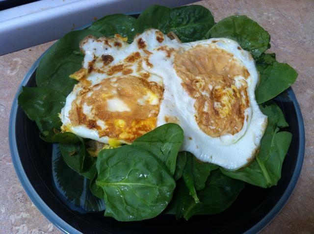 Coloque los huevos en la parte superior si las espinacas