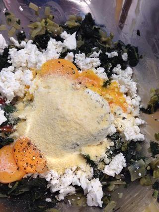 Agregue el queso desmenuzado feta, queso ricotta, queso parmesano, las yemas de huevo, nuez moscada, pimienta y una pizca de sal
