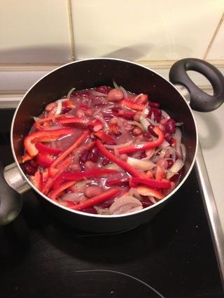 Deje que la sartén cocine hasta que empiece a burbujear.
