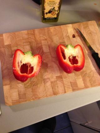 Tome el pimiento rojo, a continuación, media y de-semilla. Entonces finamente rebanada. Añadir a la sartén.