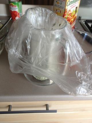 Para el relleno, colocar una bolsa de plástico en una jarra y añadir toda la mezcla. Si usted tiene una manga pastelera que funcionará mejor.