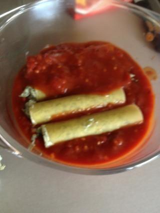 Una vez que su capa está cubierta completa con más de la salsa de tomate. Desafortunadamente no tengo una fuente apropiada en la Caravana así que voy a estar amontonándose mi canelones. Es mejor tener capa plana.