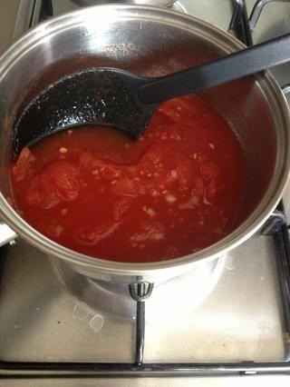 Agregar los tomates picados y llevar a ebullición.