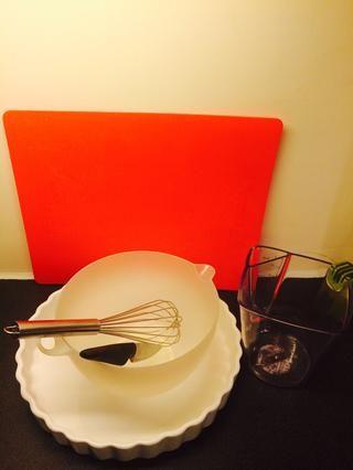 Herramientas: tabla de cortar, cortar cuchillo, tazón, bata, pastel de forma / estaño, jarra de medición