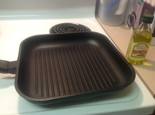 Precaliente el horno a calor y grasa olla mediana con aceite de oliva