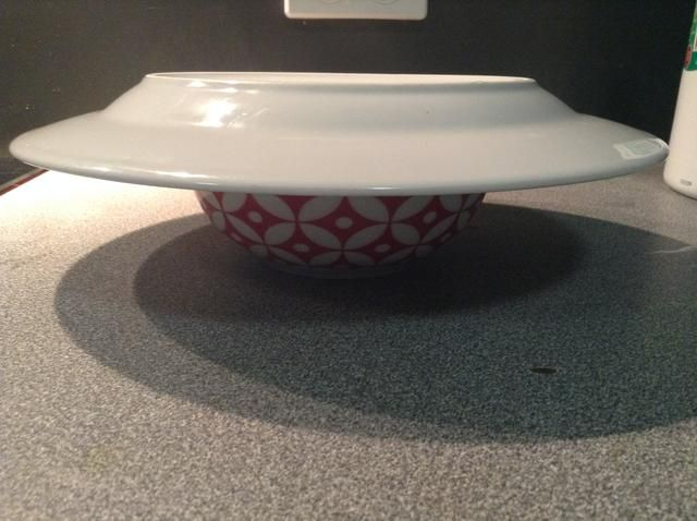 Coloque la placa va a servir la comida en, en la parte superior de la taza.
