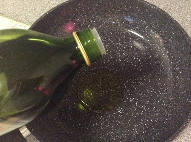 Añadir el aceite de una sartén.