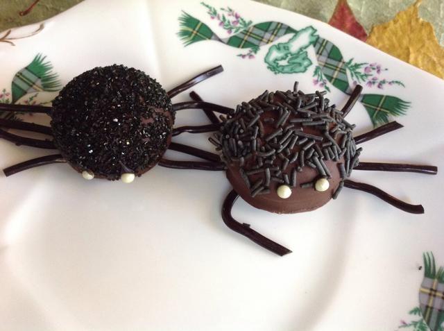 Terminar con el regaliz negro para las piernas y vigas de caramelo para los ojos. Me sumergí en el chocolate derretido como un pegamento.