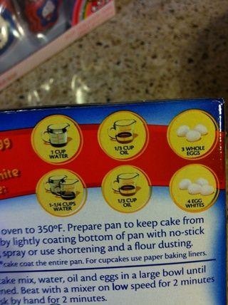 En la parte posterior de la caja encontrará los ingredientes que necesita. Usé 3 huevos en lugar de 4 huevos porque don't want a cake I want a cupcake.