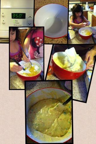 Primero abra la mezcla de harina, a continuación, añadir el agua, el aceite, y el crack todos los huevos y luego se mezclan con suavidad.
