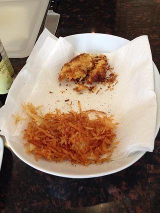 Producto terminado, manzana reineta y la batata. Escurrir el exceso de aceite con una toalla de papel.