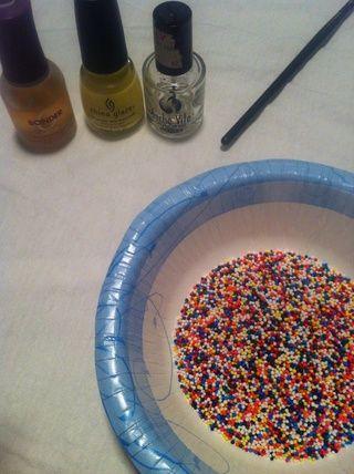 Obtener suministros listo para usar. Ponga rocía en un recipiente lo suficientemente grande para sumergir su uña en sin golpear el bottom-- dejar de lado y tratar de no comer'em.