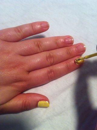 Aplicar 3 capas de esmalte, el espesor ayudará a atrapar a los confites. Cualquier color funciona si ISN't runny. I chose this pale yellow because it reminded me of cake batter--mmm, cake..Ahem..