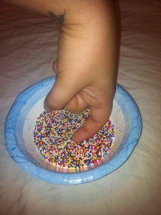 Curve el dedo en forma de gancho y la inmersión en el sprinkles- esto asegurará la uña entera está cubierta. Asegúrese de no golpear el fondo de la taza.