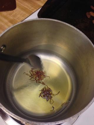 Caliente el aceite en fuego medio-bajo, asegúrese de que el ISN aceite't too hot. Heat the saffron for 30 seconds.
