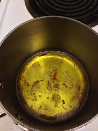 Añadir media taza de agua. Asegúrese de que el aceite de ISN't too hot or it will splatter. Bring to a boil. Let sit for 10 minutes while the soup reheats and the oil absorbs the saffron and lends a beautiful gold color.