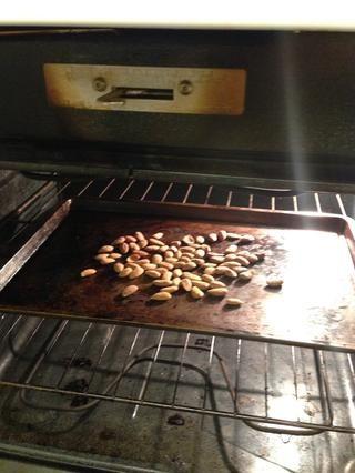 Tostar las almendras crudas a 325 grados durante 10-15 minutos, revolviendo cada pocos minutos.