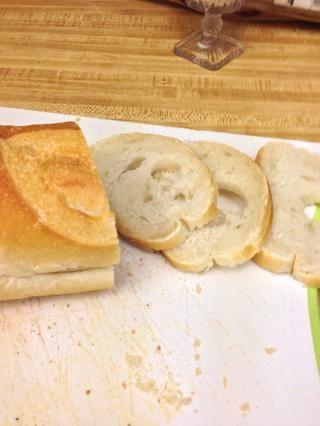Cortar el pan en rodajas finas.