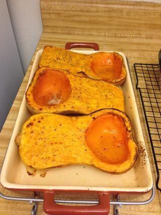 Retire del horno y deje que se enfríe lo suficiente para que usted sea capaz de sostenerlo en sus manos.