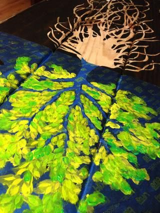 También he añadido un paso adicional en: yo no't peel off the leaves before staining. I waited for the stain to dry, put the trunk portion of tape back on, peeled off the leaves and painted on top