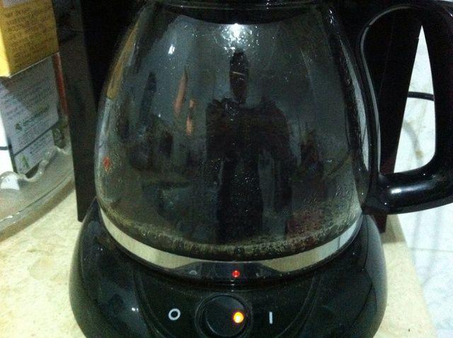 Deje que el café que hace comenzar y pasar a calentar la leche