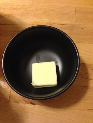 Añadir 1 cucharadita de mantequilla por carne a un tazón.