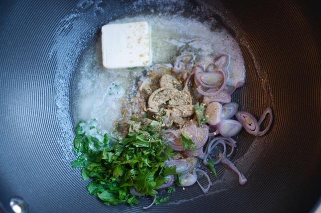 Agarra una olla y coloque la mantequilla, la cebolla y el perejil en ella a fuego medio-alto. Añadir 2 cucharaditas. del francés hizo fácil y dejar que todo saltear durante unos 5 minutos.