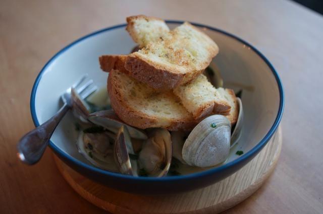 Coge un poco de pan y rociar con aceite de oliva y espolvorear un poco de condimento francesa luego brindar por debajo de la parrilla. Disfrute de una sabrosa pequeña almeja - así, muchas almejas!