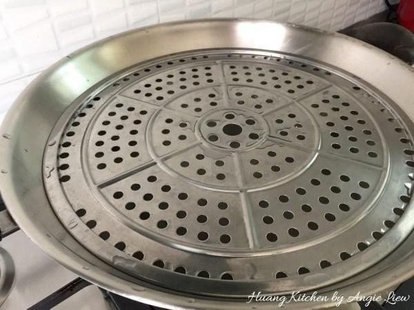 Preparar el vapor hirviendo un poco de agua en un wok. Coloque una placa con agujeros para permitir que el vapor pase en el wok.
