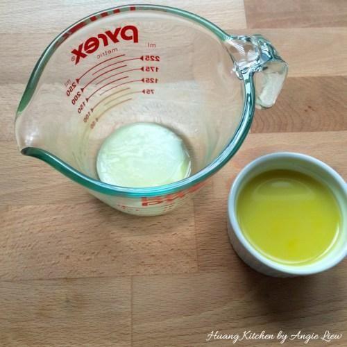 Exprima el jugo de jengibre extra y se deja reposar. Recoja la parte superior de partida jugo detrás del polvo sedimento blanco en la parte inferior, ya que puede hacer que el pudín de sabor fuerte.