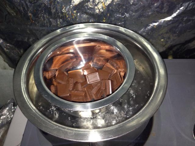 Quiebre de cocinar el chocolate en trozos, agregar la mantequilla, la crema doble y utilizar el método doble de ebullición