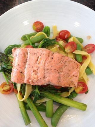 Coloque el salmón en la parte superior de ensalada de pasta y ¡voilá! Maravilloso.