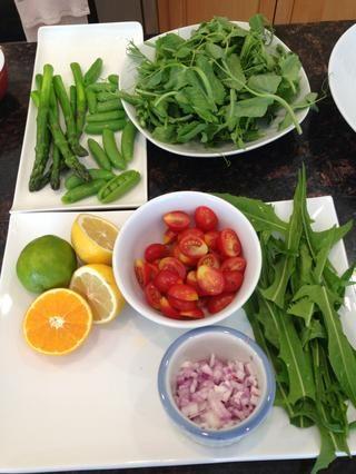 Verduras Preparación de cortar en cubitos la cebolla y los tomates y limones rebanar. Guisantes Prep por rebanar un lado abierto. Coloque sus espárragos y diente de león tallos.