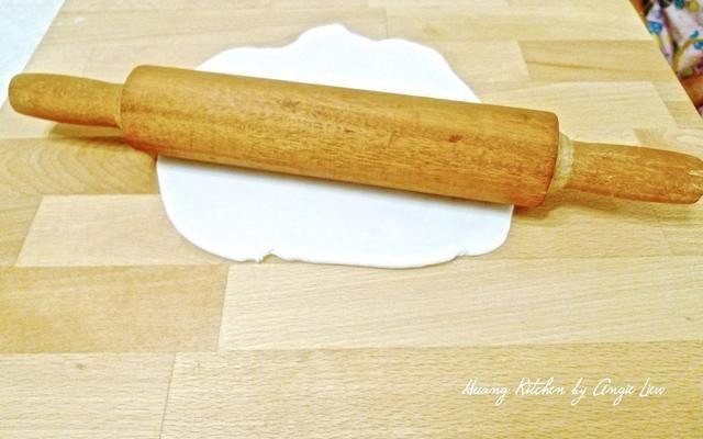 Para cada porción de masa, aplanar en una lámina delgada sobre la superficie enharinada con un rodillo.