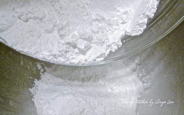 En un tazón de una batidora de pie, combine el almidón de trigo y de la harina de tapioca.