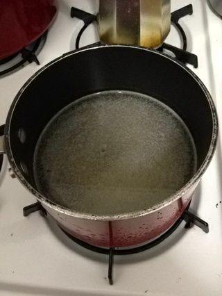 Agregue el agua. Gire a fuego alto y deje hervir.