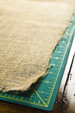 Utilice una cinta métrica o la junta rotativa para medir un rectángulo de 14 x 19 (también puede utilizar sus manteles actuales como una plantilla).