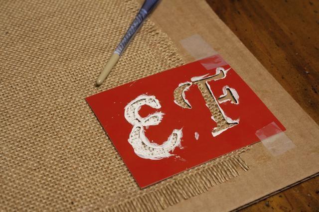 Tan pronto como sus adhesivo seque utilizan un cepillo pincel o una esponja, pintura acrílica, y plantillas para personalizar tus manteles individuales. Comience con la última letra primero. Uno o dos capas deben hacerlo.
