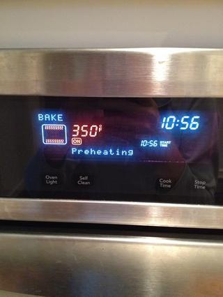 Precaliente el horno a 350 grados farenheit