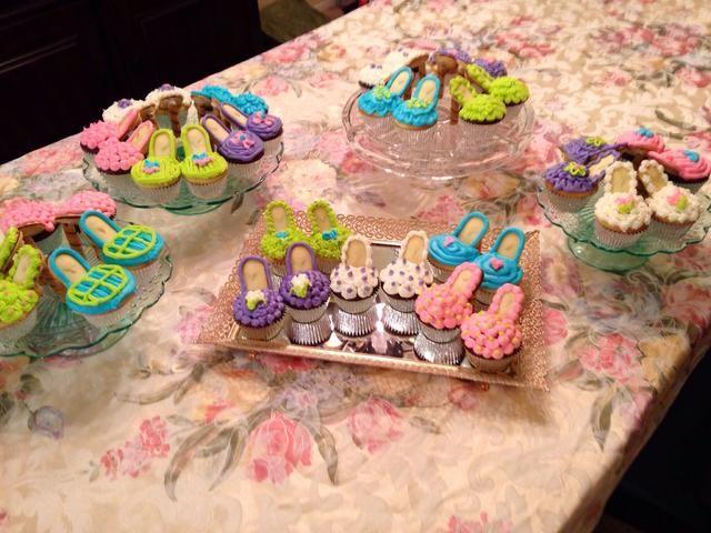Elija 5 o cinco colores de coordinación. Mezclar y combinar para decorar. Yo les puse arriba en algunas bandejas bonitas, pero también se podría utilizar cajas de zapatos para un efecto divertido.