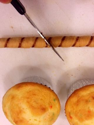 Cortar galletas Priouline en medio en un ángulo.