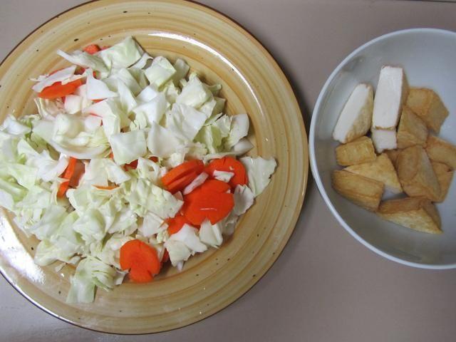 Cortar el repollo, la cebolla, la zanahoria y la carne de tamaño de un bocado piezas. (Yo usé tofu pescado en lugar de carne y estaba delicioso! También omití cebolla porque yo no't know I ran out of it :S)