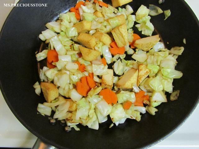 Calentar el aceite vegetal y marrón la carne primero. Añadir la col, la cebolla y la zanahoria. Saltear a fuego medio-alto durante unos minutos.
