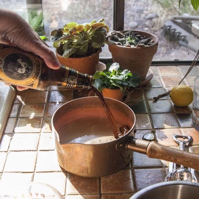 Verter la cerveza de malta en una cacerola y cocine a fuego en la estufa durante unos 10 minutos. Revuelva de vez en cuando, mientras que's cooking down.