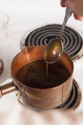 Ponga la cacerola de nuevo en la estufa. Baje el fuego a medio y cocine por unos minutos hasta que el caramelo se vuelve espesa y cremosa. Búscalo para cubrir la parte de atrás de una cuchara.