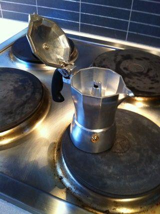 Tornillo en la tapa firmemente. Coloque el mokka sobre la fuente de calor. Tenga cuidado al colocar el mango de plástico lejos del calor. NUNCA deje la estufa, tendrá café en menos de 1 minuto!