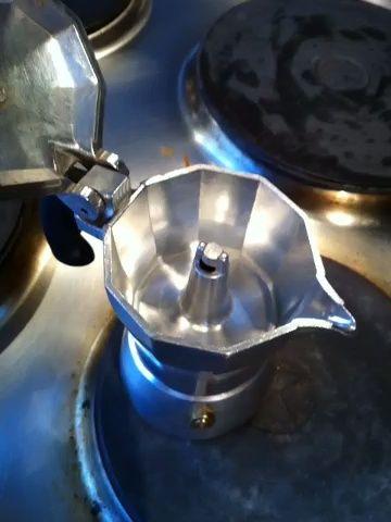 Tan pronto como usted ve café, tomar la mokka apaga el fuego. Usted puede colocar de nuevo en breve para conseguir un poco más de presión si la necesita.