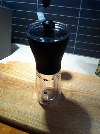 Moler los granos en el último minuto. Yo uso una delgada molino de discos mano cónica Hario, 2-3 clics desde el ajuste más fino. Si usted tiene pre suelo ir para la molienda de café espresso.